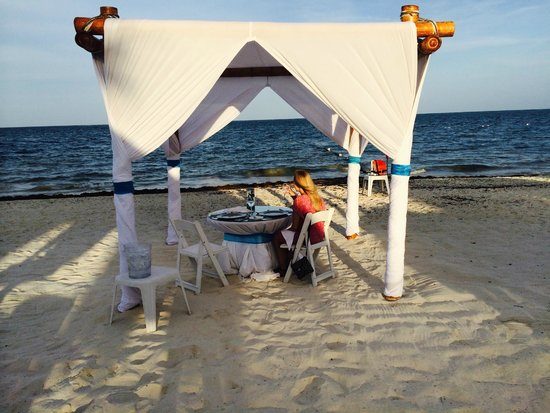 Dreams Riviera Cancun Resort & Spa : Romantic Dinner on the beach, included in the honeymoon package or $200-$250 if not