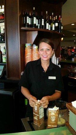 Wyndham Virginia Beach Oceanfront: bartender in hotel bar/restaurant