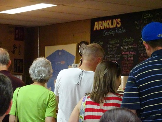 Arnold's Country Kitchen : Queue for service