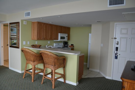 Lovers Key Resort : Kitchen with breakfast bar