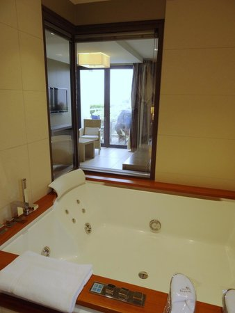 Hostellerie de la Pointe Saint-Mathieu: Bad mit Whirlpool-Wanne