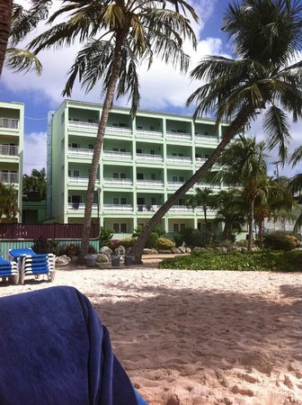 Coconut Court Beach Hotel: Hotellet sett från havet