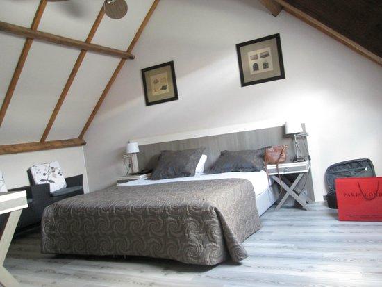 Floris Karos Hotel: Nice spacious room