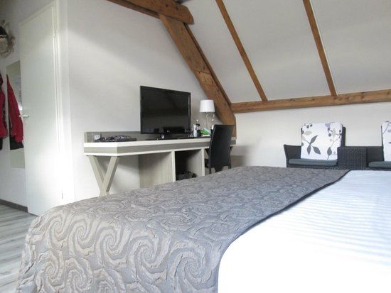 Floris Karos Hotel: Plenty channels and good wifi