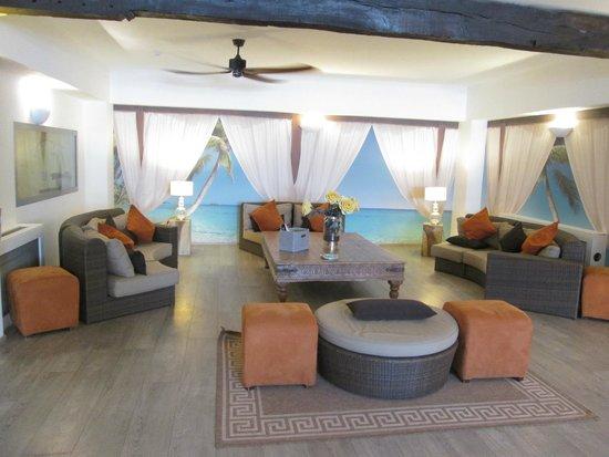 Floris Karos Hotel : Lounge adjacent to swimming pool