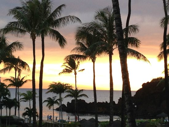 Sheraton Maui Resort & Spa: Sunset over beach at hotel