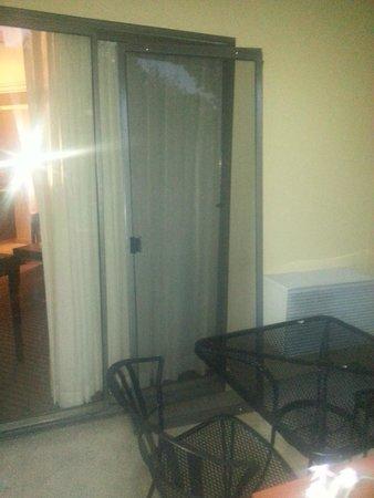 Best Western Plus Wine Country Inn & Suites: broken screen door