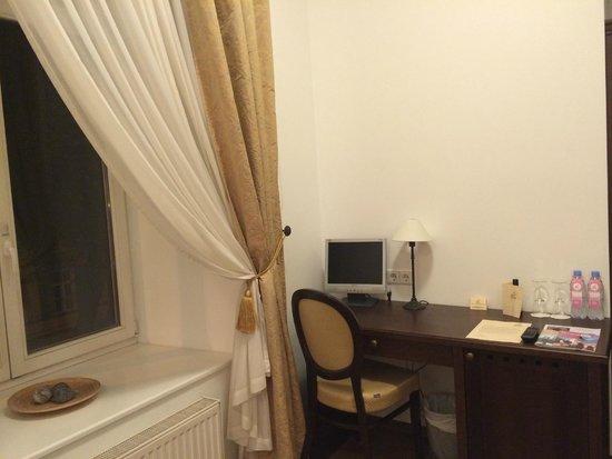 von Stackelberg Hotel Tallinn: Стол в номере