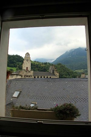 Hotel Les Templiers : View of 12th century church from bunk beds