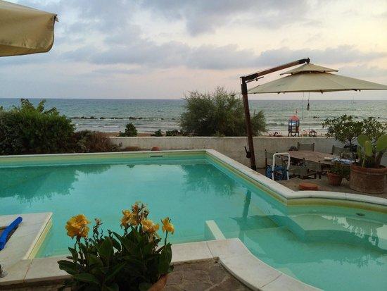 Piccolo Hotel: piscina sotto gli appartamenti sul mare