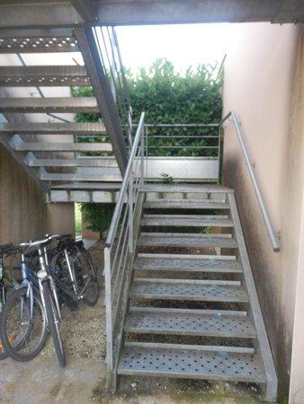 Résidence Odalys Claire Rive : escalier metallique glissant et bruyant