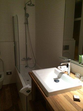 Hôtel Bradford Elysées - Astotel: Very clean bathroom