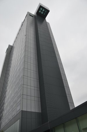 Holiday Inn Shanghai Pudong Kangqiao: Cantilevered pool on 24th floor