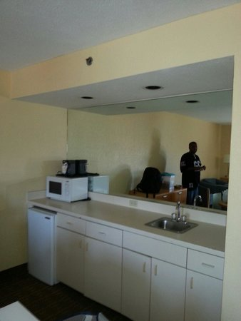 La Quinta Inn & Suites Myrtle Beach at 48th Avenue: Kitchen area