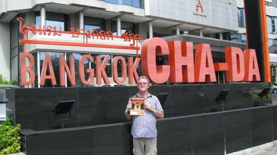 Bangkok Cha-Da Hotel: At the entrance.