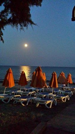 Lagas Aegean Village: Hotel beach at night