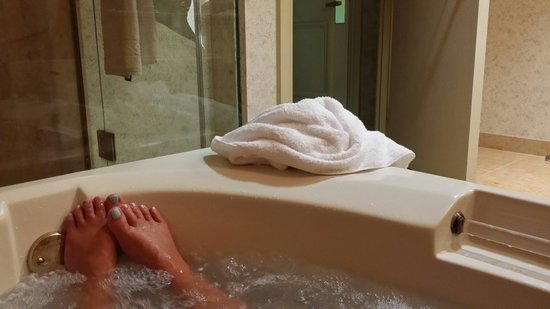 Horseshoe Southern Indiana: Relaxing in the jacuzzi after a wonderful breakfast in bed. All the room service was perfect
