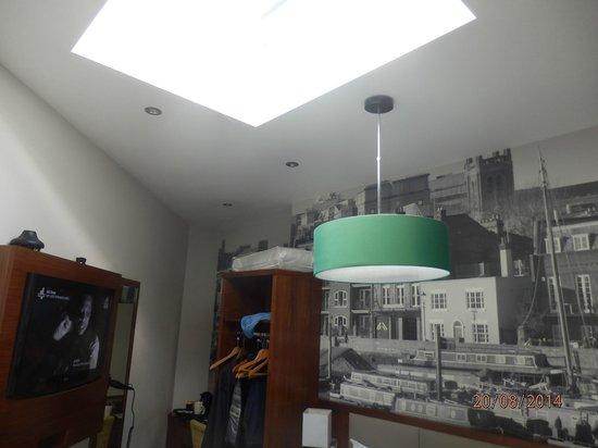 Best Western Plus Seraphine Hammersmith Hotel: Pokoj z oknem w suficie