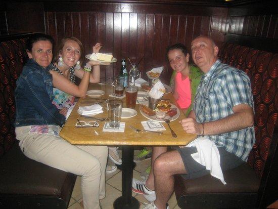 The Cheesecake Factory: Tutti insieme davanti a degli hamburger