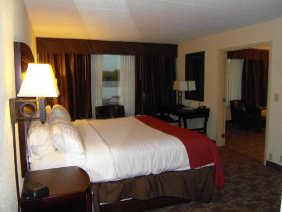 Holiday Inn & Suites Charleston West: King Bed separate room