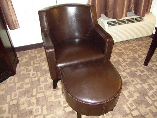 Holiday Inn & Suites Charleston West: nice leather chair and ottoman. looked new