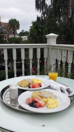 Forsyth Park Inn: Delicious breakfast on our private balcony in Room 8.