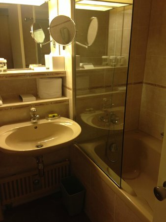 Hotel InterContinental Geneve: bathroom