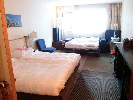 Movenpick Hotel Amsterdam City Center: Letto matrimoniale e divano letto