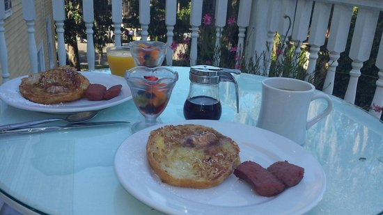 Forsyth Park Inn: Wonderful breakfast each morning.
