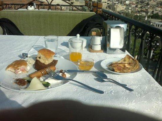 Dervish Cave House : desayuno y vista desde la terraza del desayunador
