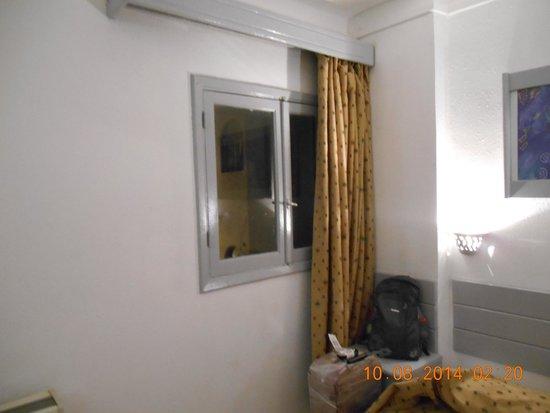 Al Mashrabiya: вид и з окна на стену соседнего дома