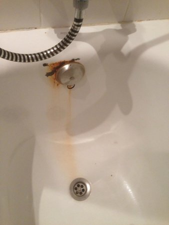 Costa Volcan Apartments: Rust on bath in apartment 304