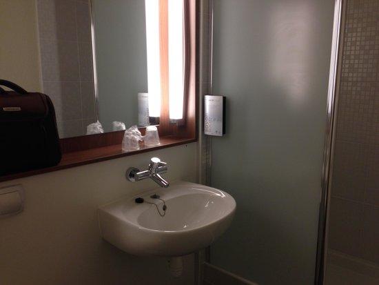 Campanile Bethune - Fouquieres Les Bethune: the bathroom