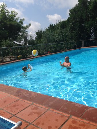 Hotel Colle Etrusco Salivolpi: Playing in the pool at Hotel Salivolpi