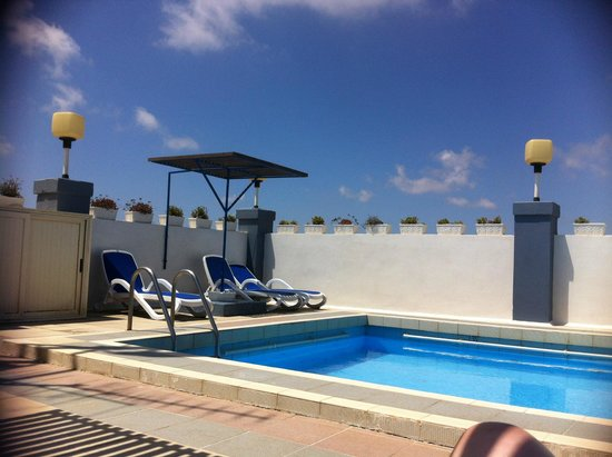 Coral Hotel: Pool side