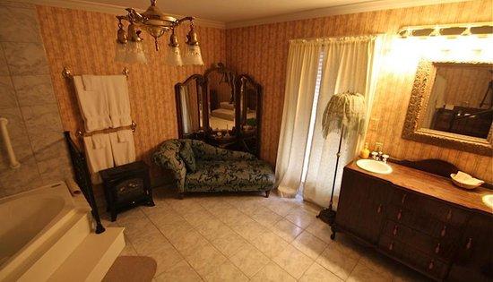 Montgomery Inn BnB: Victorian Suite Bath