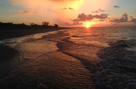 Ocean's Reach Condominiums: Fishing in front of Ocean's Reach at sunrise