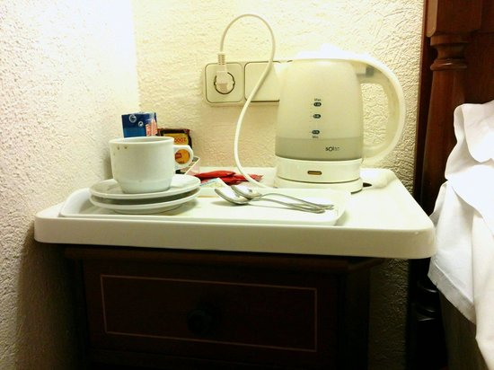 Es Moli Hotel: Tea & coffee making facilities, but on a tray bigger than my bedside table. This got frustrating
