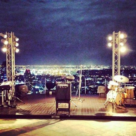 Sky Bar, Bangkok: Bangkok vista dall'alto e postazione della band musicale