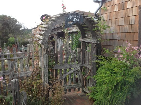 Bettilou's Inn: Front gate - rustic and charming