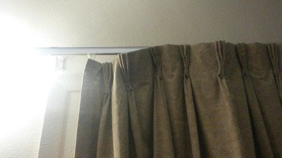 Sands Motel: Curtains in room