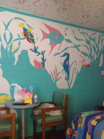 Caribbe Inn: Really cool paintings on the wall
