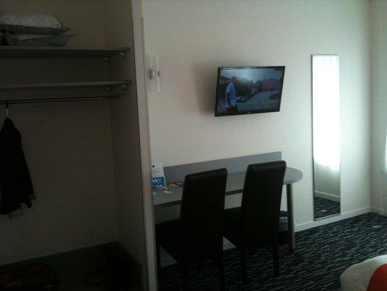coin télé + rangements - Bild von Hotel le Louvre, Cherbourg ...