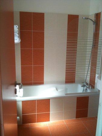 salle de bains avec baignoire et wc photo de hotel le louvre cherbourg tripadvisor. Black Bedroom Furniture Sets. Home Design Ideas