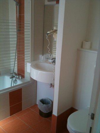 avec seche cheveux picture of hotel le louvre cherbourg. Black Bedroom Furniture Sets. Home Design Ideas