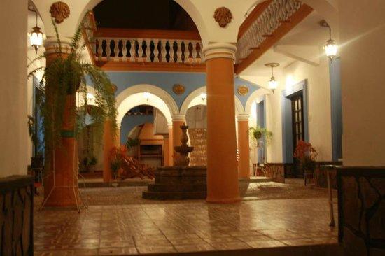 7 Patas Hostel: Patio