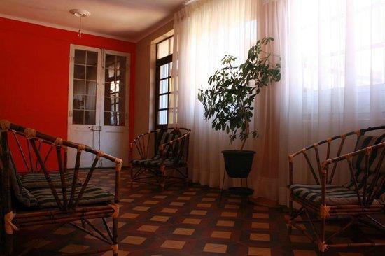 7 Patas Hostel: Upstairs common area
