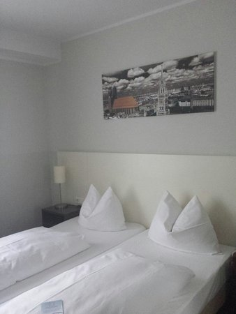 Hotel Dolomit: Comfortable beds - view from door entrance