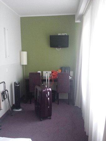 Hotel Dolomit: Corner desk  and TV