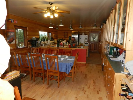 Log Spirit Bed and Breakfast: Kitchen and dining in the morning
